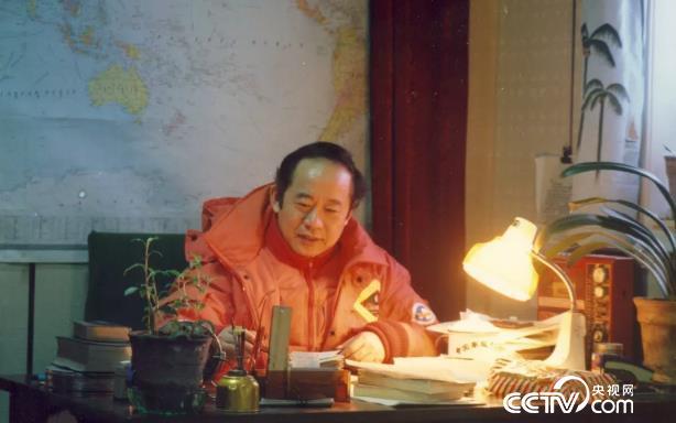 1990年冬董兆乾在南极中山站站长室办公