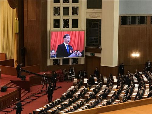 闭幕会现场大屏幕上,全国政协主席汪洋代表政协第十三届全国委员会常务委员会作工作报告