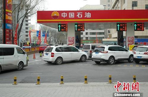 资料图:车辆排队加油。<a target='_blank' href=''>中新社</a>记者 李培源 摄
