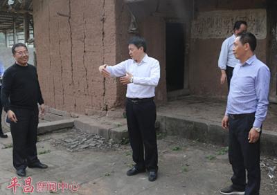 """蒲开文前往""""三边村""""调研督导危房改造工作。网络图"""