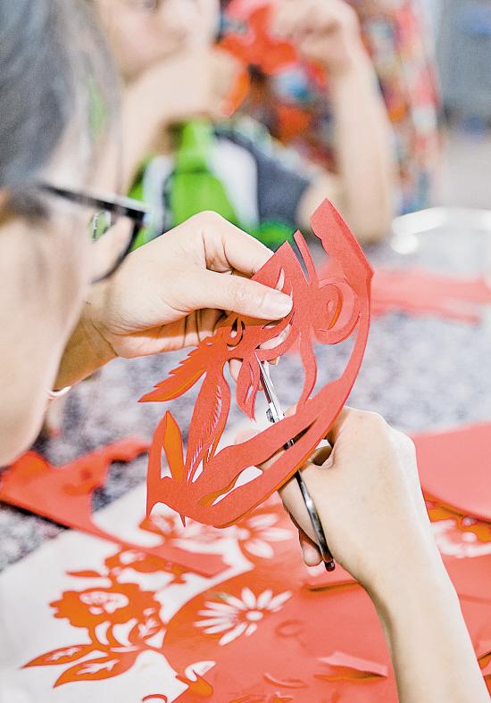 非遗文化安吉剪纸:小手弄剪纸生繁华 绽放出奇光异彩