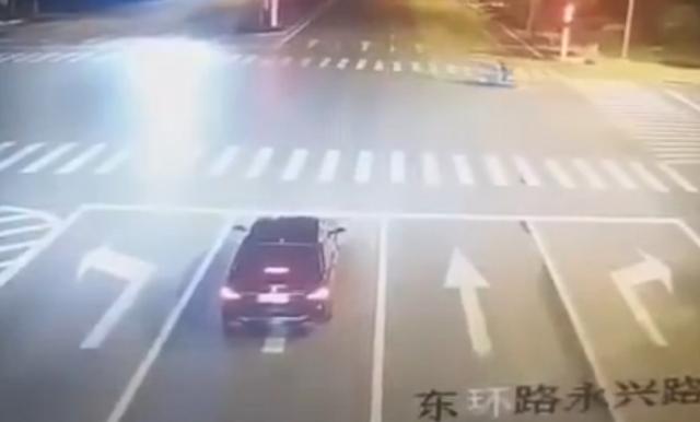 女子醉驾玛莎拉蒂撞飞宝马爆燃全过程 新进展:肇事车内3人被批捕