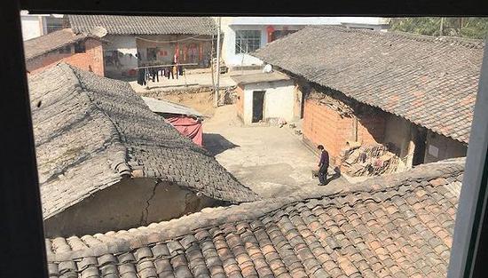 从张扣扣家二楼的窗户看出去,王家的院子一目了然(刘向南摄)